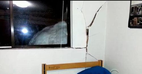 雪だるまで建物が破損03