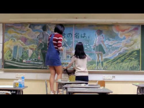 香港の女子高生が黒板に描くアニメ00