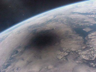 宇宙から見た皆既日食(1999年8月11日)