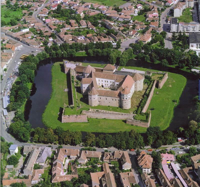 水面に映る姿までが美しい、水堀に囲まれた19の城