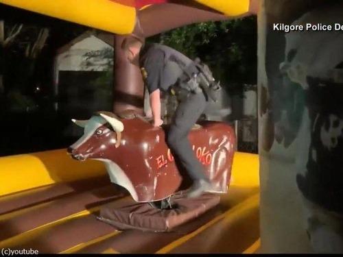 テキサス州の警官、ロデオの腕前を見せる01