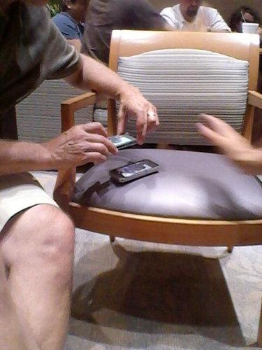 携帯に写真を移す父の方法01