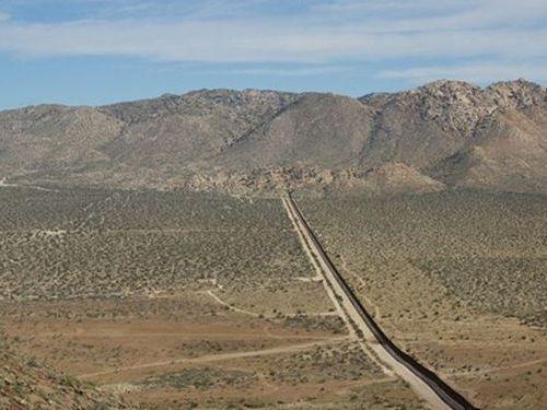 メキシコ国境のフェンスに車00