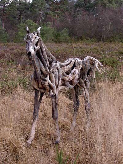 枯れ木で造られた馬のアート10