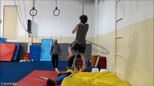 フラフープをしながらロープを登る02