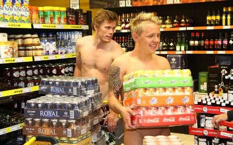 裸でビールをもらいにいくデンマーク人たち02