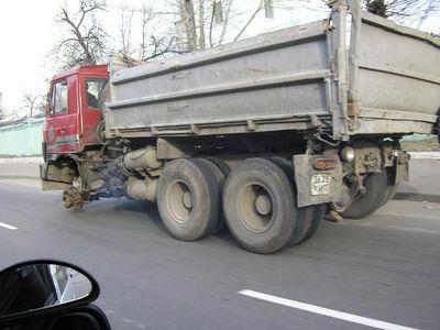 ロシアのトラックはタイヤが一個くらい無くても平気04