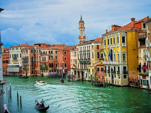 ベネチアの街中から豪華客船を見ると00