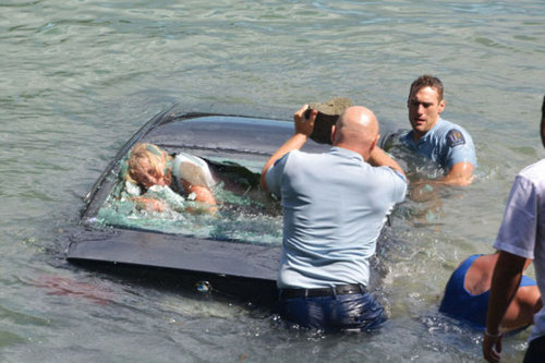 水没する女性の車を警官が助け出す03