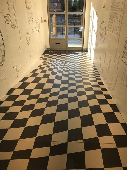 廊下を走らせないデザイン02