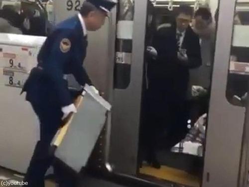 日本の電車で車イスの人の降ろし方00