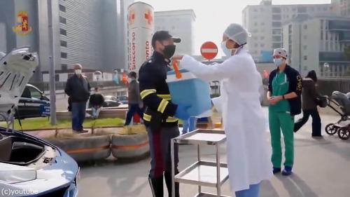 ランボルギーニのパトカーが移植の臓器を搬送する01