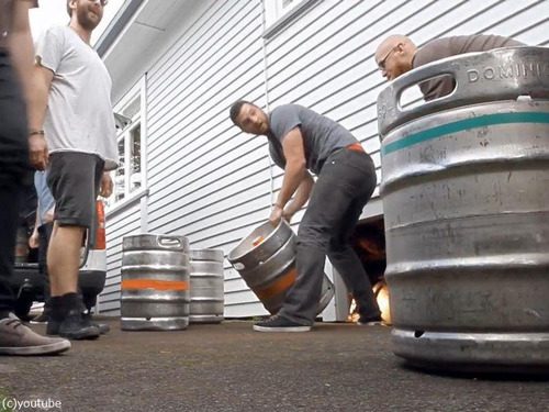 自宅の蛇口からビールが出てくるドッキリ00