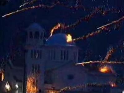 ギリシャの花火を打ち合いする教会