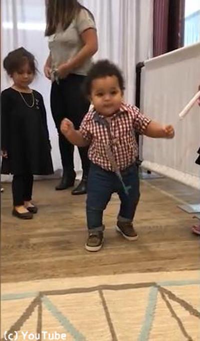 生まれて初めて歩けた赤ちゃんの表情がかわい過ぎる02