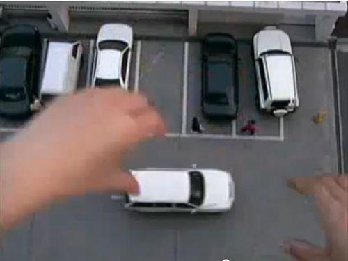 駐車場に巨人の手