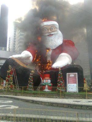 サンタ燃える03