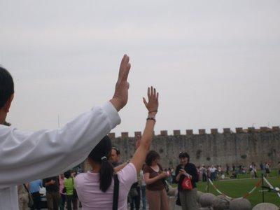 ピサの斜塔の前で記念撮影する観光客、別アングルから見ると…08