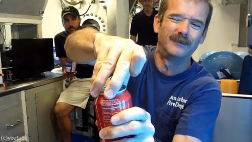 コーラの缶を振ってから飲んでも大丈夫02