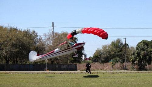 スカイダイバーと飛行機が衝突03