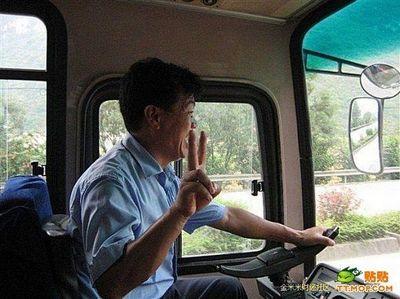 ハンドル外した中国バス運転手01