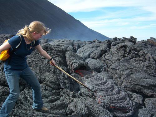 溶岩を突っつく01
