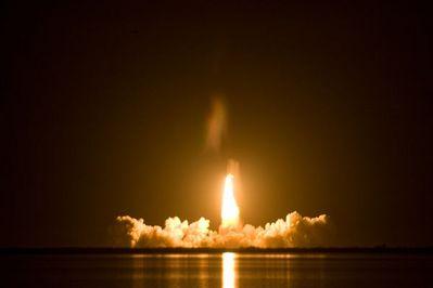 夜のスペースシャトル打ち上げ02