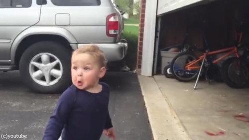 自動シャッターに興奮する赤ちゃん03