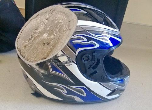 バイク事故後のヘルメット01