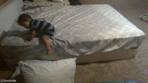 ベッドを降りる天才赤ちゃん06
