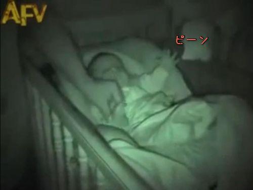 手を伸ばして眠る赤ちゃん00