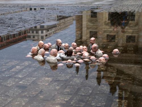 「地球温暖化を議論する政治家たちの彫刻」01