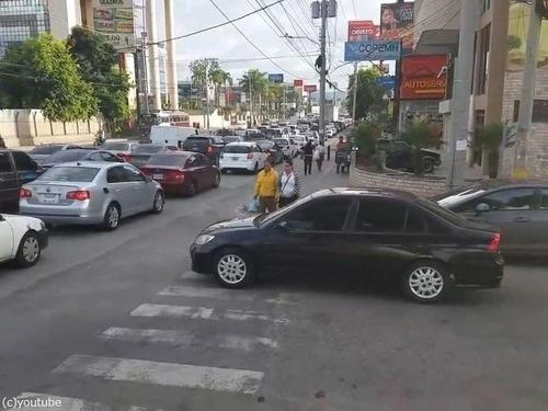 横断歩道にマナーの悪い車00