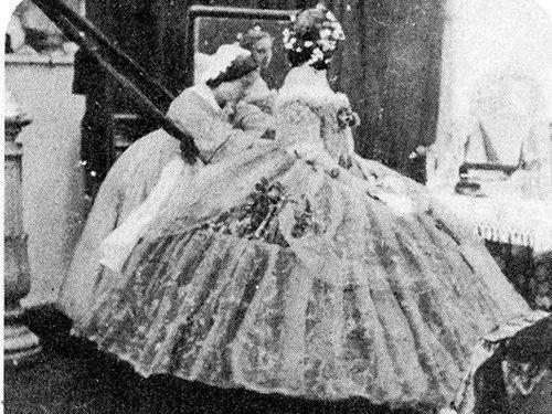 豪奢なドレスを着付けしている150年前の貴重な写真 , ライブドア