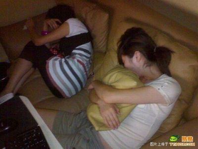 中国のネットカフェでぐっすり眠る人々00