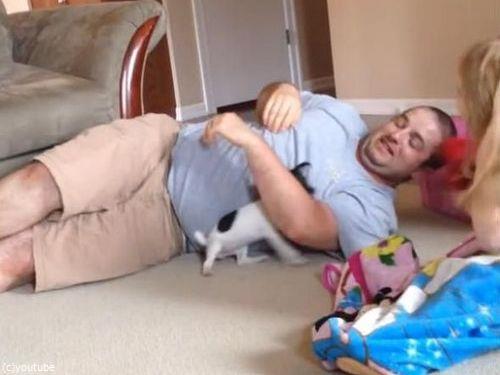 パパと子犬の戦い07
