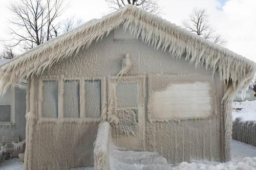 大吹雪のあとの近所の家01