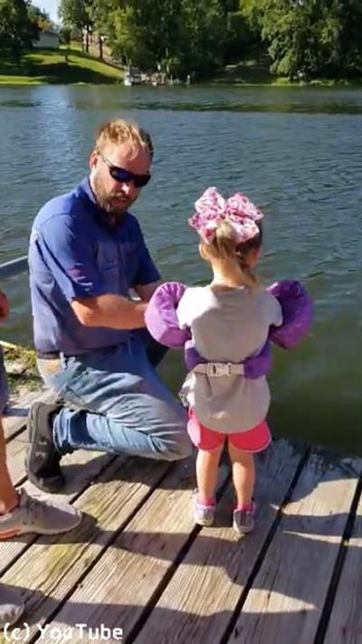 おもちゃの釣り竿で超大物を釣り上げる少女01