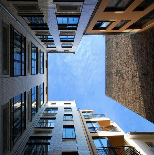 建物から見上げた空14