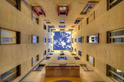 建物から見上げた空01