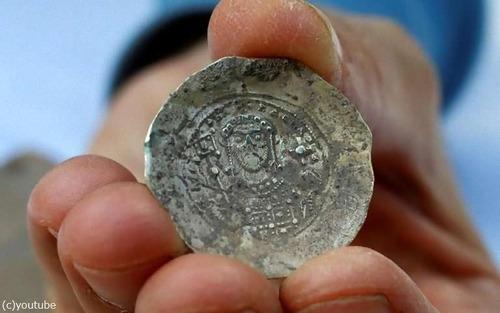十字軍の頃の金貨が発掘される02