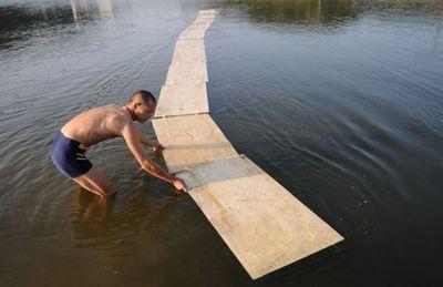 水の上を走る少林寺の修行僧03
