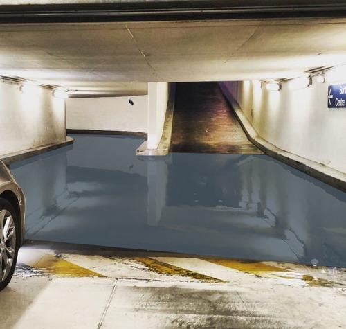 駐車場に奇妙な水たまり05