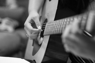 1台のギターを4つの手で弾く「トルコ行進曲」