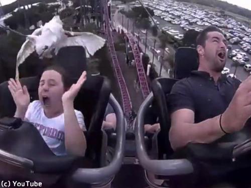 ジェットコースターに乗る少女を襲ったハプニング00