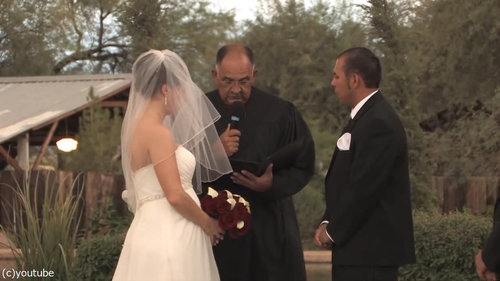 結婚式の愛の誓いのときに強烈な嵐01