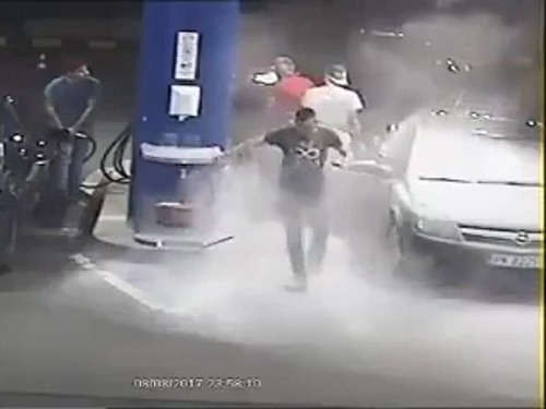 ガソリンスタンドでタバコを吸う客07