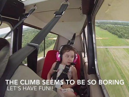4歳の子供が宙返り飛行機01