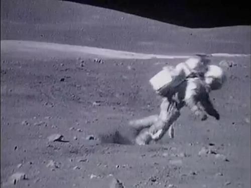 宇宙飛行士たちは月面で結構転んでます05