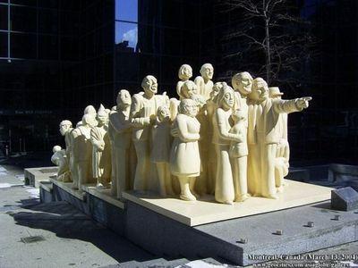 33.Crowd sculpture(一点を見つめる群集)
